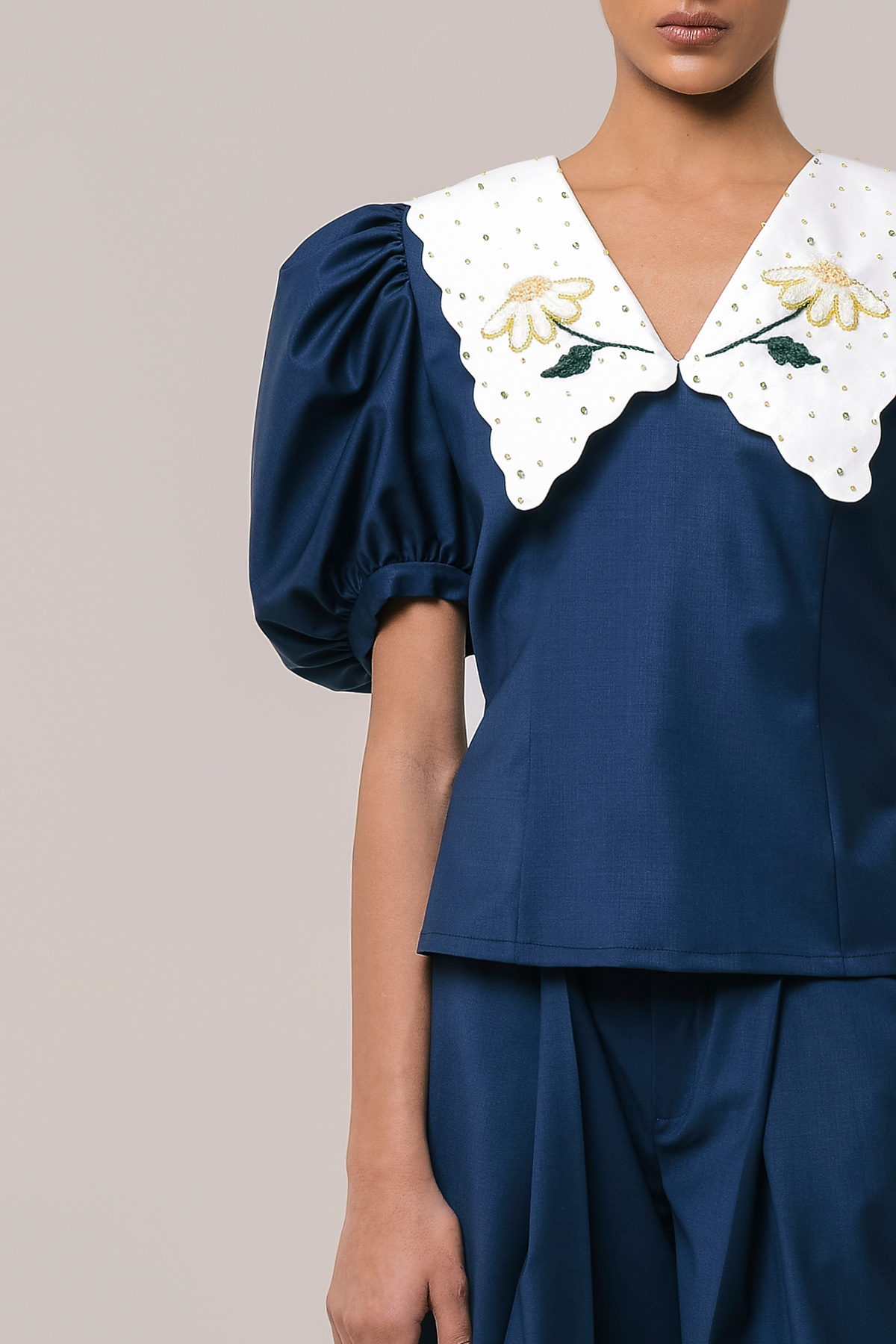 Wool blouse with embroidered collar 3