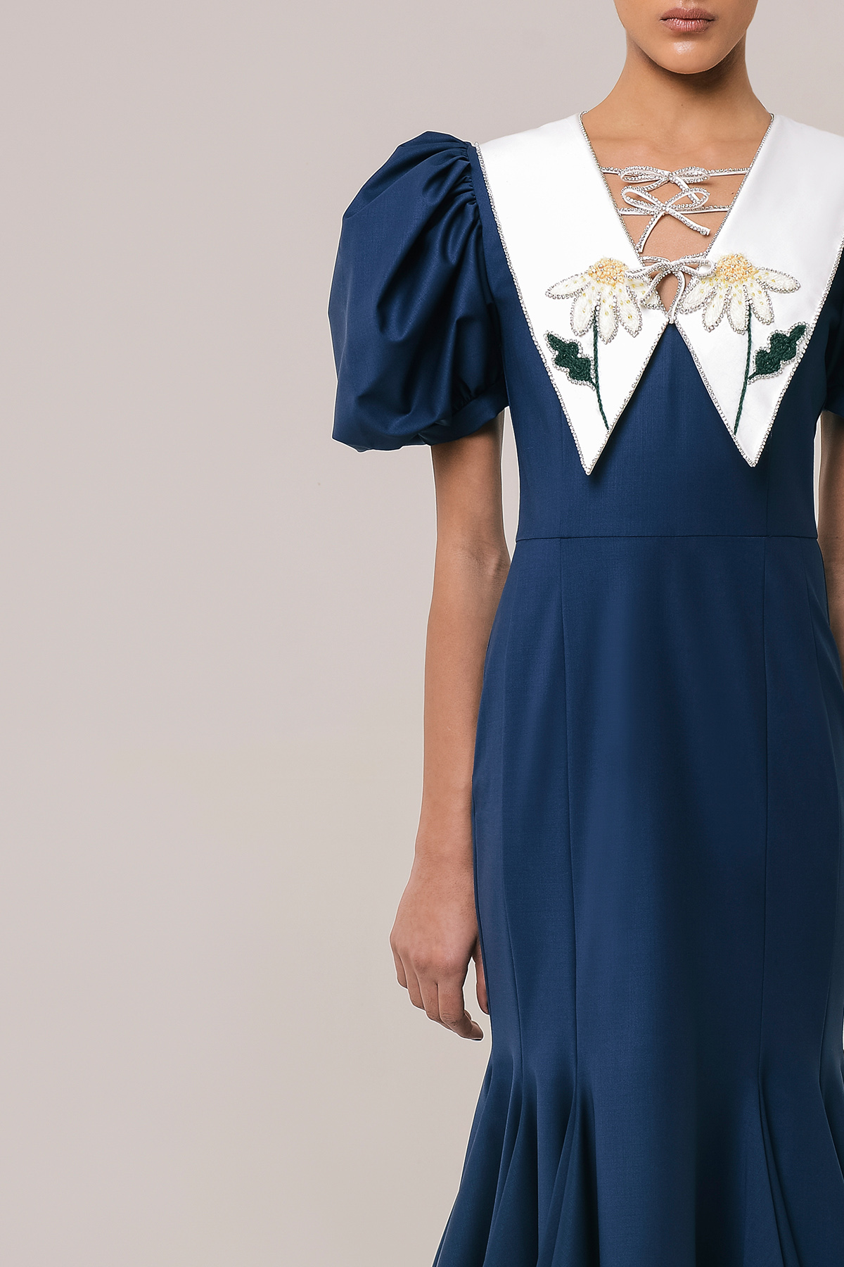 Wool dress with embroidered collar 3
